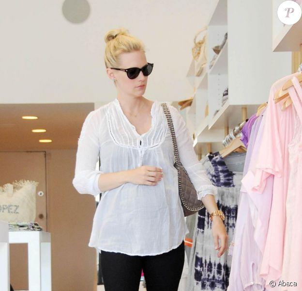 January Jones, enceinte de son premier enfant, faisant du shopping à Beverly Hills, le 17 juin 2011. Elle est radieuse !