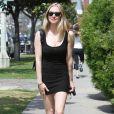 Amanda Seyfreid est une petite fille modèle dans sa robe noire qui moule son corps parfait. Très sobre, oui, mais elle nous donne envie d'imiter son style ! On aurait juste ajouter un long sautoir dorée avec une collection de bracelets brillants. Los Angeles, 23 juin 2011