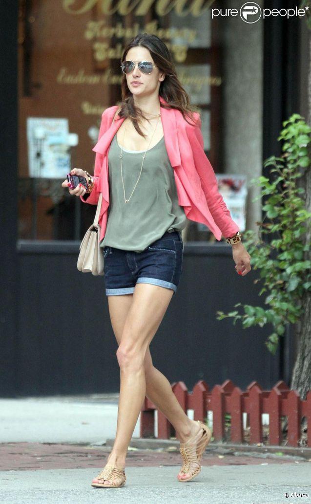 Alessandra Ambrosio brille encore avec son look de fashionista. Elle apporte une touche très chic à son mini short en jean et son top vert, avec sa ravissante veste rose. Des sandales tendances, quelques bijoux, une paire de lunettes... L'ange de Victoria's Secret a le sens du style ! Los Angeles, 23 juin 2011