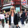 Kate Moss continue de briller avec son look classique chic ! Veste noir, top blanc, slim court et rayé... Le top aime les basics et les marie à ravir. Londres, 20 juin 2011