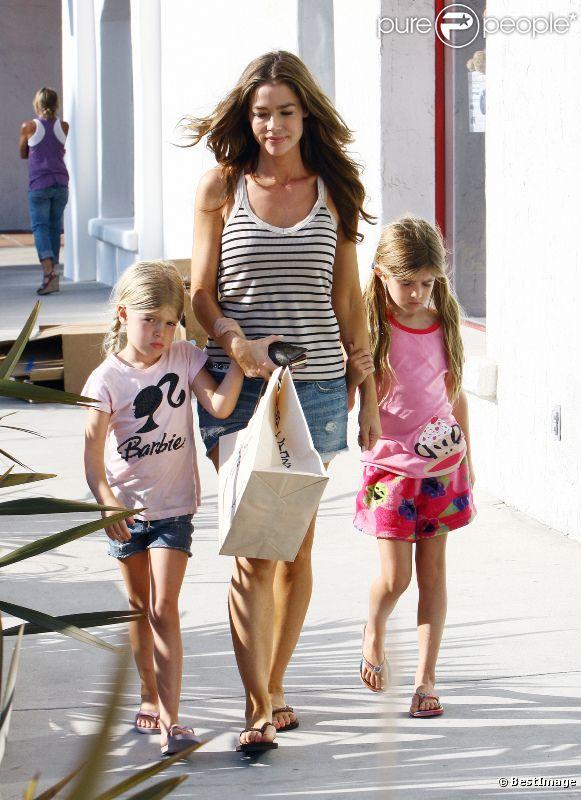 Denise Richards s'offre une séance shopping avec ses deux filles Sam et Lola. Malibu, 8 juillet 2011