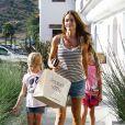 Denise Richards adore faire du shopping avec les deux filles qu'elle a eue avec Charlie Sheen. Malibu, 8 juillet 2011