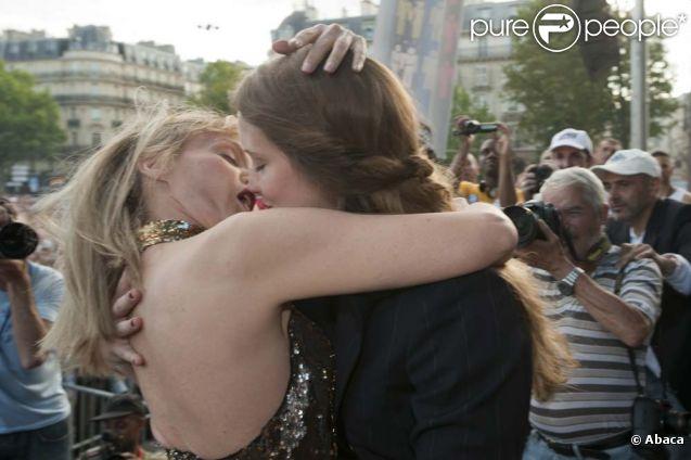 Arielle Dombasle lance le kiss-in géant de la marche des fiertés LGBT, à Paris, le 25 juin 2011.