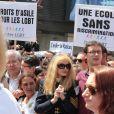 Arielle Dombasle en tête du cortège de la marche des fiertés LGBT, à Paris, le 25 juin 2011.
