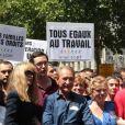 Arielle Dombasle et le amire Bertrand Delanoë en tête du cortège de la marche des fiertés LGBT, à Paris, le 25 juin 2011.