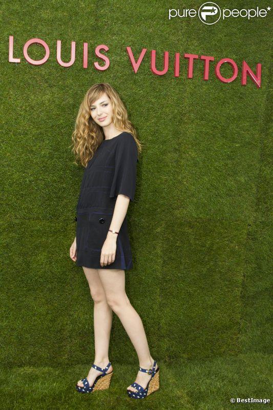 Louise Bourgoin, parfaite en petite robe noire et compensées, lors de la présentation de la collection Croisière Louis Vuitton à Paris. Le 5 juillet 2011