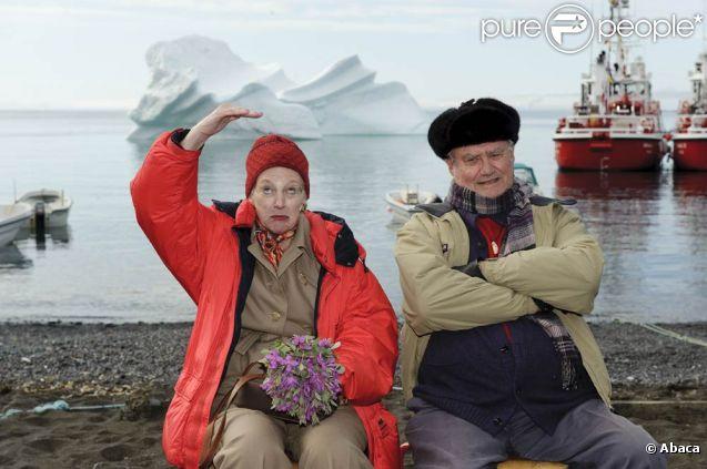 L'art de la carte postale.   La reine Margrethe II de Danemark et son mari le prince Henrik étaient en visite au Groenland début juillet 2011. Et même si leur périple a été un peu chamboulé par la météo, les royaux ont savouré le dépaysement.