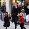 Angelina Jolie et ses filles Shiloh et Zahara en décembre 2010 à New York