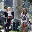 Pete Wentz passe la journée avec son fils Bronx et une charmante inconnue au parc le 24 juillet 2011 à Beverly Hills