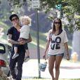 Pete Wentz porte son adorable Bronx aux côtés d'une charmante amie au parc le 24 juillet 2011 à Beverly Hills