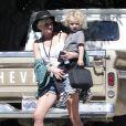 Ashlee Simpson porte son petit Bronx après être venue le chercher à l'école en compagnie d'une amie à Sherman Oaks le 19 juillet 2011