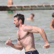 Hugh Jackman : le papa-poule expose son corps sexy sur la plage