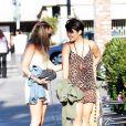 Vanessa Hudgens se promène en compagnie de quelques amies à Los Angeles, lundi 1er août 2011.