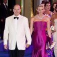 Albert II de Monaco et sa douce Charlene assistent au 63e Bal de la Croix-Rouge monégasque, le 5 août 2011.