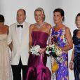 Stéphanie et Caroline épaulent le prince Albert de Monaco, leur frère, lors du 63e bal de la Croix-Rouge monégasque. 5 août 2011