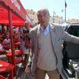 Jacques Chirac arrive à la terrasse du Sénéquier, à Saint-Tropez. 9 août 2011