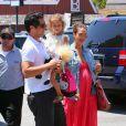Jessica Alba a accouché d'une seconde petite fille, Haven Garner, le 13 août 2011 ! Ici avec son mari Cash Warren et leur fille Honor à Los Angeles en juin 2011.