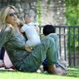 Penny Lancaster et son fils Aiden Stewart profitent du soleil au parc à Los Angeles, le 14 août 2011.