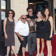 Danny DeVito, entouré de sa femme Rhea et de ses enfants, reçoit son étoile sur le Walk of Fame à Hollywood le 18 août 2011