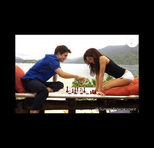 Kristen Stewart et Robert Pattinson dans Twilight 4 - Révélation - partie I, en pleine partie d'échecs