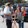 Jennifer Garner et Ben Affleck avec leurs filles Violet et Seraphina faisant du shopping à Los Angeles en juillet 2011