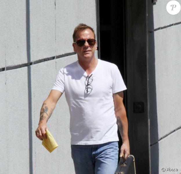Kiefer Sutherland sort d'un magasin de guitares à Los Angeles le 30 août 2011