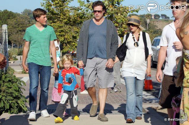 Tori Spelling, enceinte, et son mari Dea McDermott s'occupent de leurs enfants Liam et Stella en compagnie de Jack Montgommery, le fils de Dean McDermott à la foire de Malibu le 3 septembre 2011
