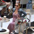 Rebecca Gayheart, enceinte, se balade dans un centre commercial avec sa fille Billie. Los Angeles, 7 septembre 2011