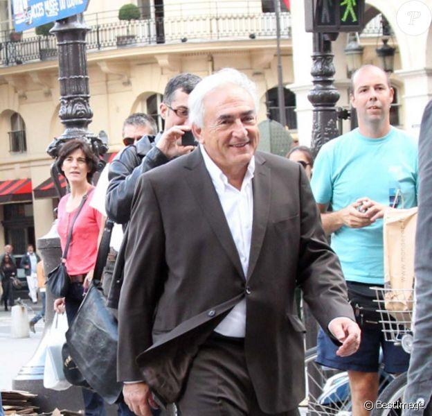 Dominique Strauss-Kahn dans les rues de Paris le 5 septembre 2011. Il s'est rendu dans un magasin Surcouf puis au Louvre.