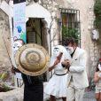 Emma de Caunes et Jamie Hewlett étaient escortés par des gladiateurs armés d'ombrelles pour les protéger des photographes lors de leur mariage à Saint-Paul-de-Vence, le 10 septembre 2011.