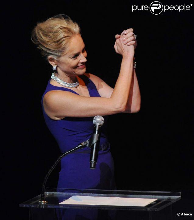 Sharon Stone rend hommage à Elizabeth Taylor et à son combat auprès de l'amfAR, à Los Angeles, le 23 septembre 2011.