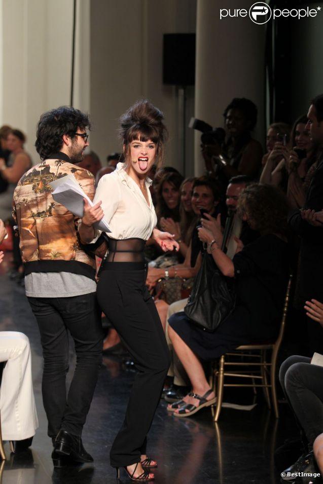 Charlotte Le Bon lors du défilé Jean-Paul Gaultier, est la speakerine déjantée ! 1er octobre 2011