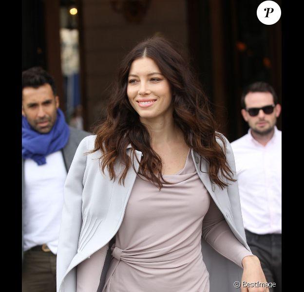 Jessica Biel dans les rues de Paris, se rend au défilé Valentino. Le 4 octobre 2011