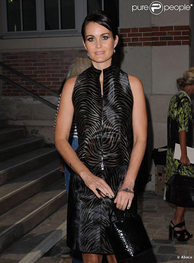 Laeticia Hallyday arrive au défilé printemps-été 2012 d'Alexander McQueen lors de la Fashion Week parisienne, le 4 octobre 2011