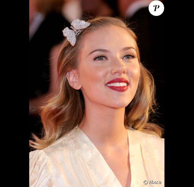 Avec sa bouche pulpeuse, Scarlett Johansson possède une arme fatale qui met tous les hommes à ses pieds !