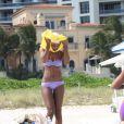 Super sexy, Kelly Rowland passe la journée sur la plage de Miami le 5 octobre 2011