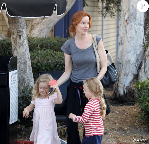 Marcia Cross prend un peu de repos avec ses jumelles Eden et Savannah le 4 octobre 2011