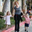 Savannah et Eden profitent de leur maman Marcia Cross le 4 octobre 2011 à Los Angeles