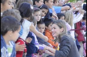 Letizia d'Espagne : Bain de foule haut en couleur avec son prince Felipe