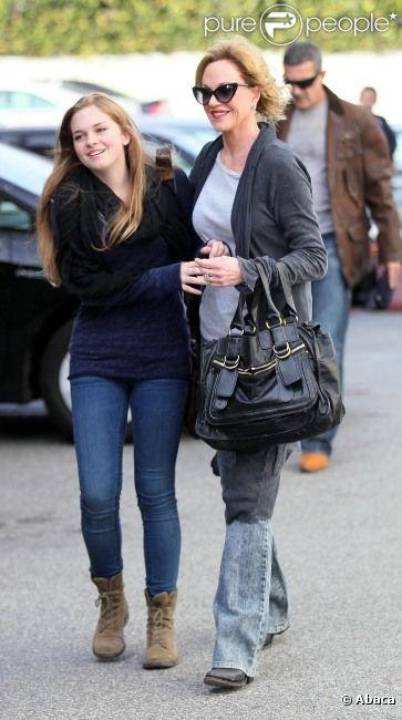 Melanie Griffith s'amuse avec Stella Banderas, devant Antonio Banderas à Los Angeles, le 24 octobre 2011.