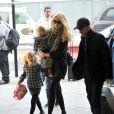 Claudia Schiffer, son mari Matthew Vaughn et deux de leurs enfants (Cosima Violet et Clementine) s'apprêtent à emprunter l'Eurostar. Londres, le 18 octobre 2011.