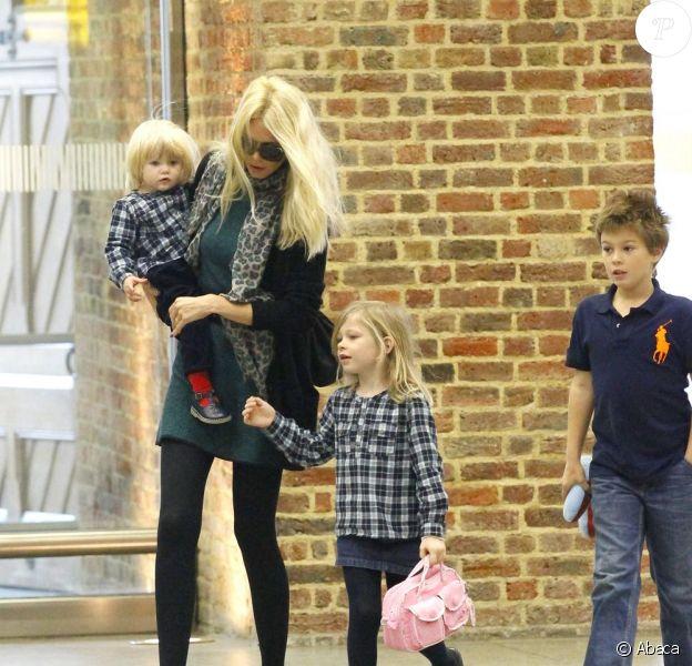 Claudia Schiffer et ses trois enfants (Caspar 7 ans, Clementine 6 ans et Cosima Violet, 1 an) à Londres, le 18 octobre 2011.