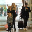 Claudia Schiffer et sa famille au grand complet entrent dans la gare de St Pancras pour prendre l'Eurostar. Londres, le 18 octobre 2011.