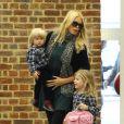 Escortée par ses deux filles, Claudia Schiffer entre dans la gare de St Pancras. Londres, le 18 octobre 2011.