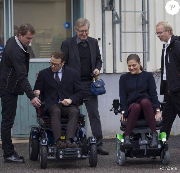 On fait la course ? La princesse Victoria et le prince Daniel de Suède en visite dans le comté de Västernorrland le 7 novembre 2011. La visite de l'entreprise Permobil, leader mondial de la production de biens à destination des personnes handicapées, a donné lieu à des scènes cocasses.
