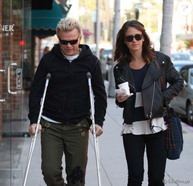 Billy Idol, en béquilles, sortant d'un cabinet médical de Beverly Hills, le 7 novembre 2011.