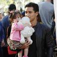 Pendant le tournage de l'émission  Extra  au centre commercial The Grove, à Los Angeles, Mario Lopez se comporte comme un vrai papa poule avec sa fille Gia, le 27 octobre 2011.