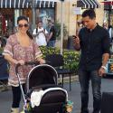Mario Lopez encore plus gaga que sa girlfriend Courtney devant leur petite Gia