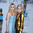 Les jumelles Olsen, à l'entrée des CFDA Fashion Awards 2011. New York, le 6 juin 2011.