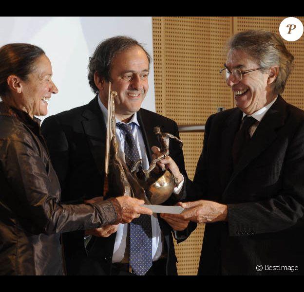 Michel Platini a reçu le prix Il Bello Del Calcio à Milan le 14 novembre 2011 des mains de Massimo Moratti et de Giovanna Facchetti